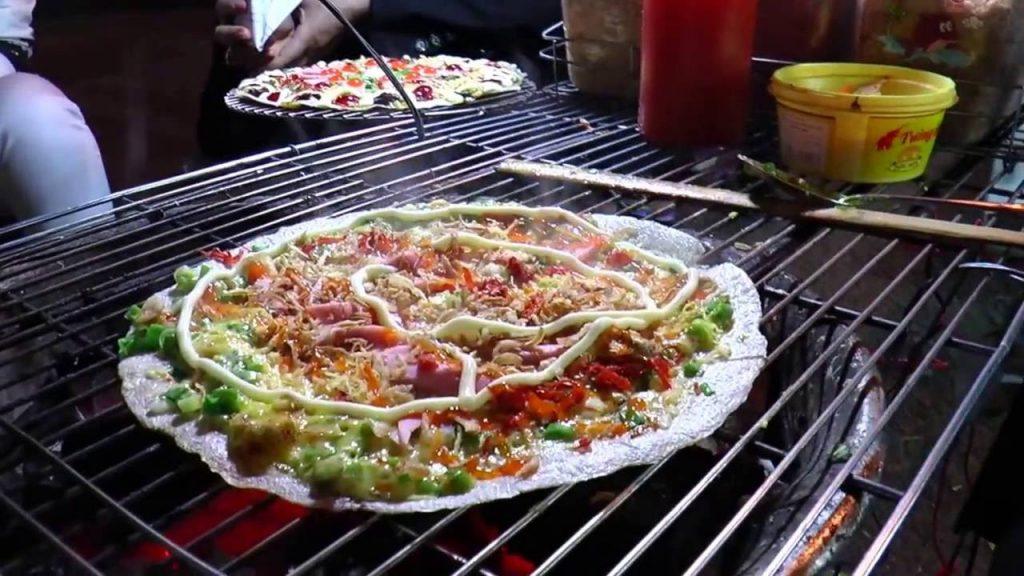 Bánh tráng được nướng giòn rụm trên bếp than hoa