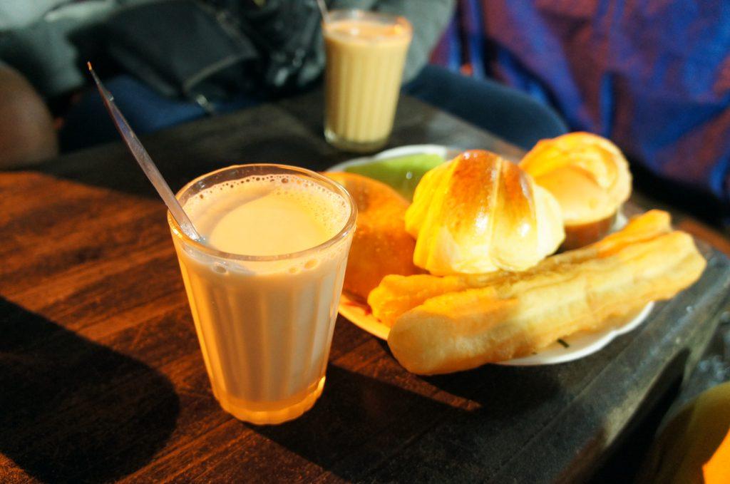 Sữa đậu nành nóng là các món ăn vặt ở Đà Lạt nổi tiếng.