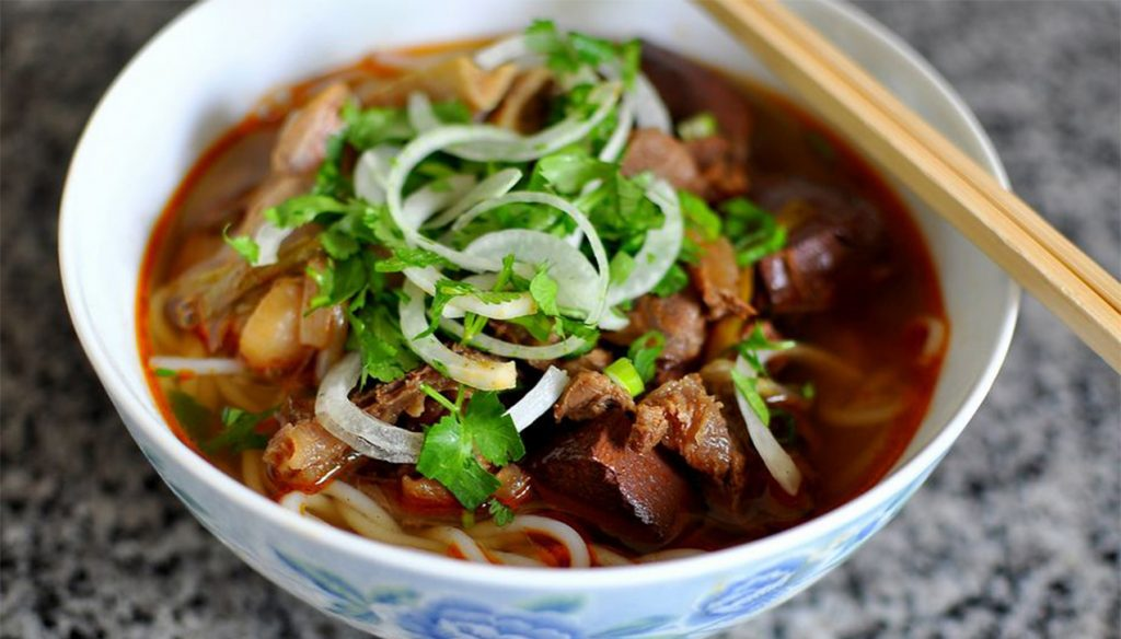Bún bò là một trong những món nên ăn ở Đà Lạt.