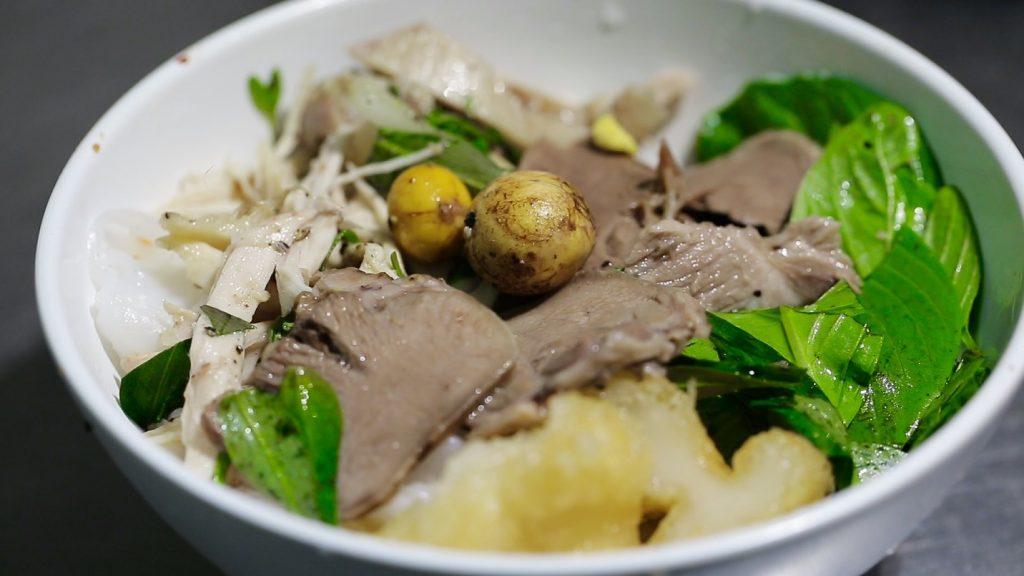 Bánh ướt lòng gà cũng nằm trong những món nên ăn ở Đà Lạt.
