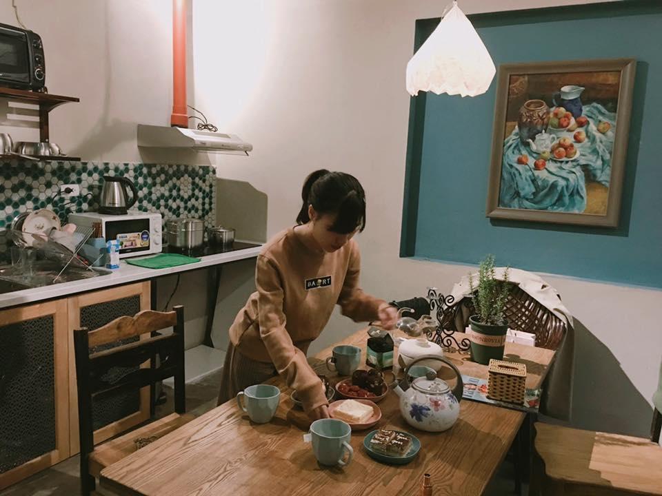 bếp và bàn ăn tại satori Homestay