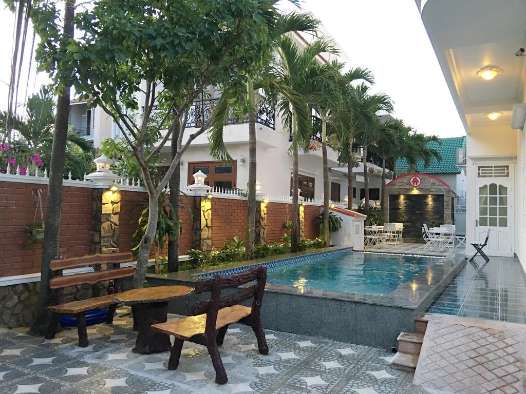 Khuôn viên bể bơi ở Full House Villa