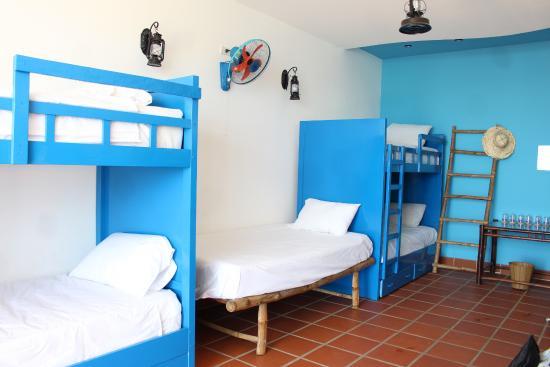 phòng dorm với những chiếc giường tầng màu xanh