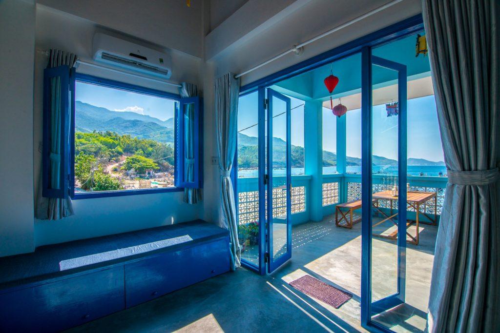 Phòng ngủ với màu xanh mát mẻ và view siêu đẹp
