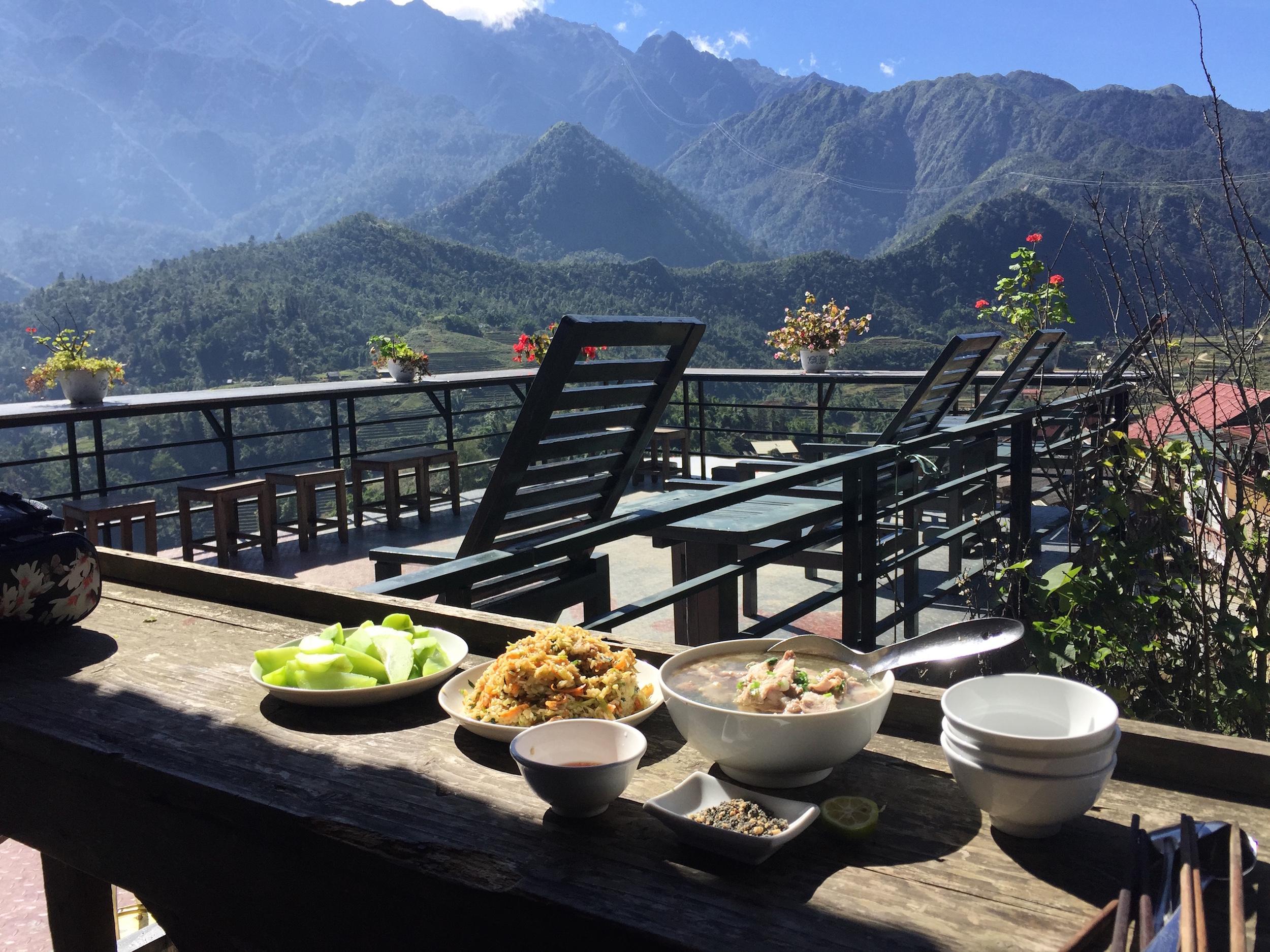 Bữa ăn vui vẻ giữa khung cảnh núi rừng Tây Bắc
