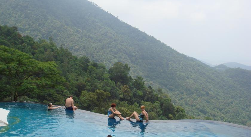 Bể bơi mát rượi với view đẹp tuyệt cho một mùa hè hoàn hảo