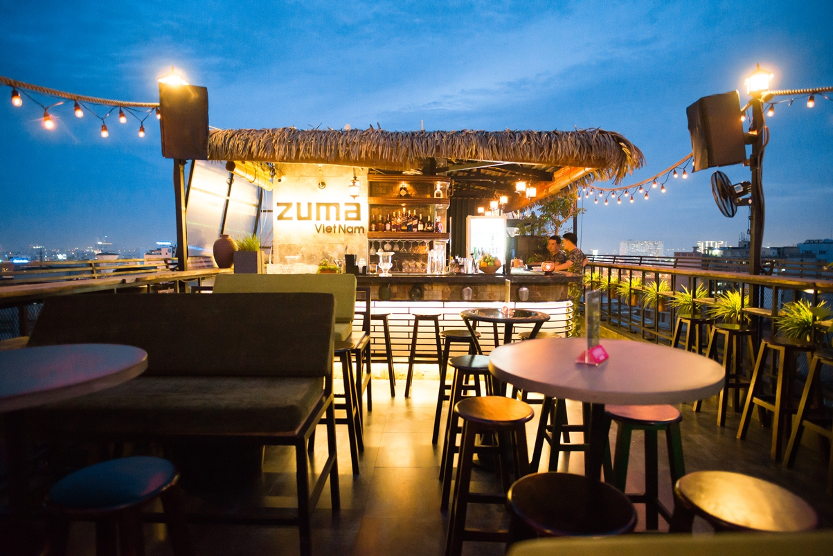 Tầng thượng Della và cảnh Sài Gòn về đêm