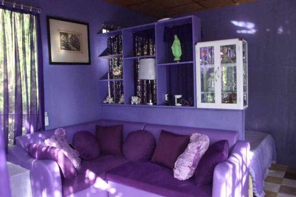 căn nhà có tông màu tím đặc trưng