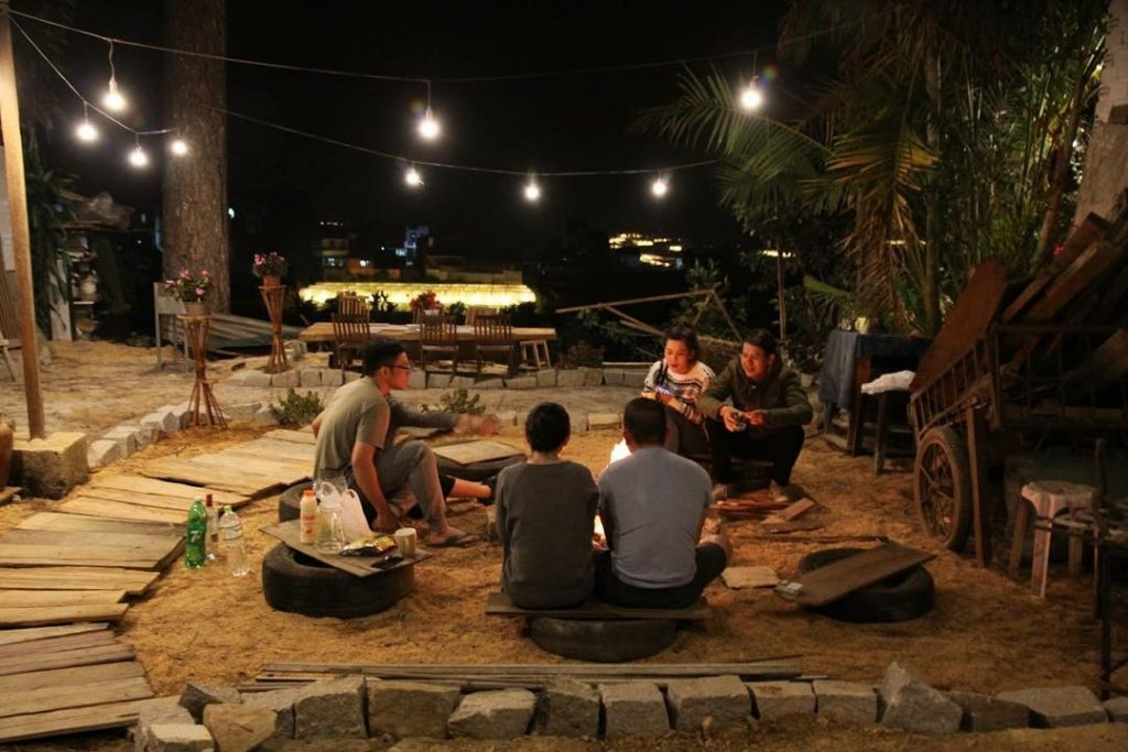 buổi tối tụ tập trò chuyện đốt lửa trại cực vui luôn nhé.