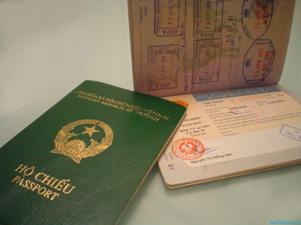 Có thể cấp chung hoặc riêng hộ chiếu trẻ sơ sinh với cha mẹ.