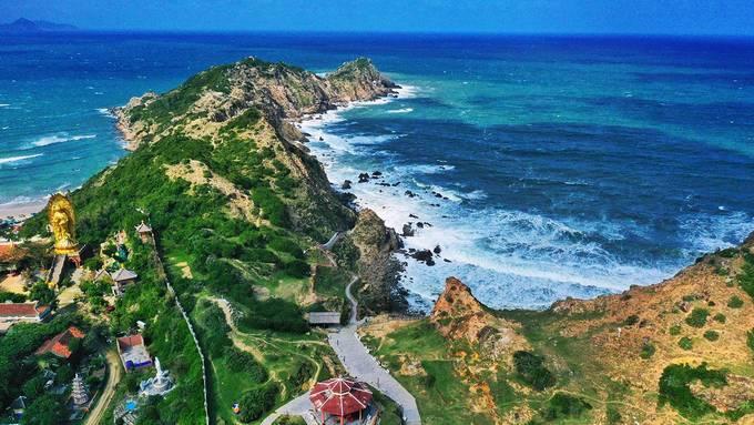 Phong cảnh thiên nhiên an bình kết hợp hài hòa giữa biển và núi