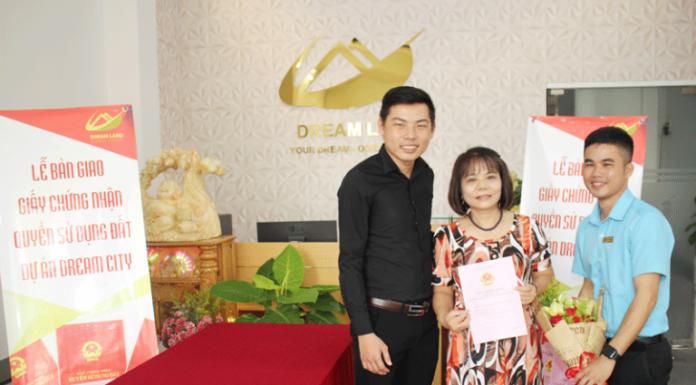 Dreamland trao sổ hồng cho khách hàng ngay khi hoàn tất thủ tục mua bán